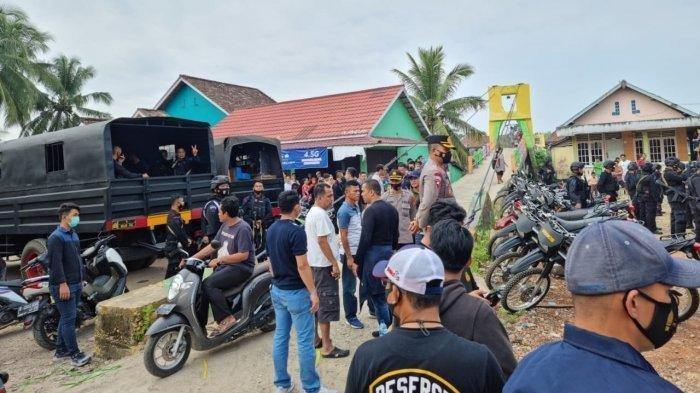 Pak Kades dan 3 Wanita Ikut Diamankan Saat Ratusan Personil Brimob Gerebek Kampung Narkoba