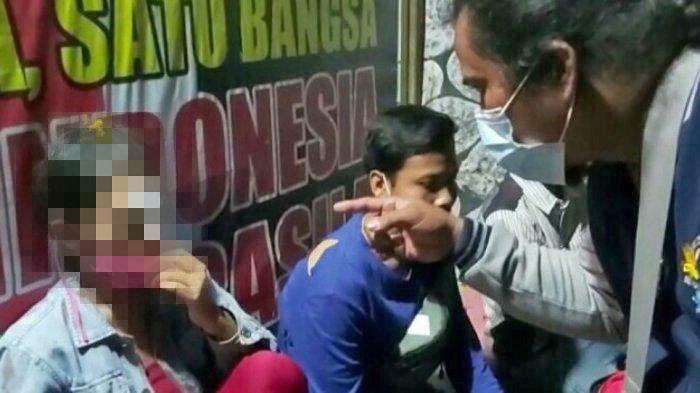 Polisi memeriksa kondisi korban pemukulan di Semarang Utara, Kota Semarang, Sabtu (3/4/2021) malam lalu.