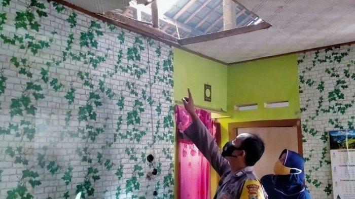 Terkejut Benda yang Timpa Atap Rumahnya , Lansia Ini Makin Ketakutan Saat Dicek Tiba-tiba Meledak