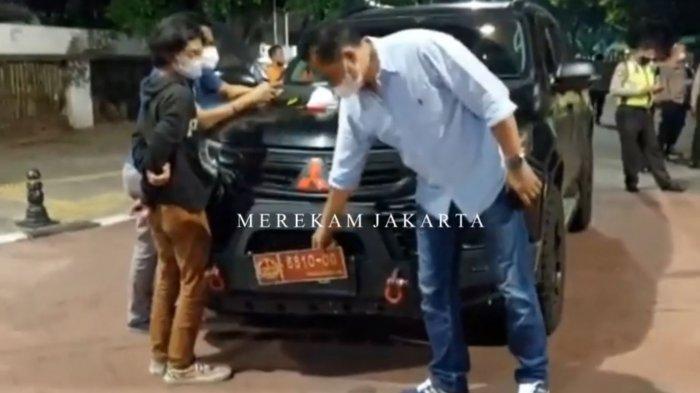 Polisi mengamankan pengemudi dan mobil Pajero bernomor polisi mirip pelat dinas TNI di Jalan Bulungan Raya, Kramat Pela, Kebayoran Baru, Jakarta Selatan, pada Minggu (12/9/2021).