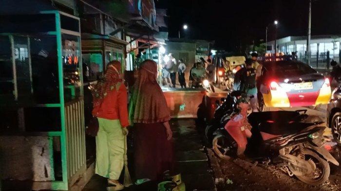 Polisi saat melakukan razia pelanggar PPKM darurat di wilayah Kecamatan Jatibarang, Kabupaten Indramayu, Minggu (11/7/2021) malam.