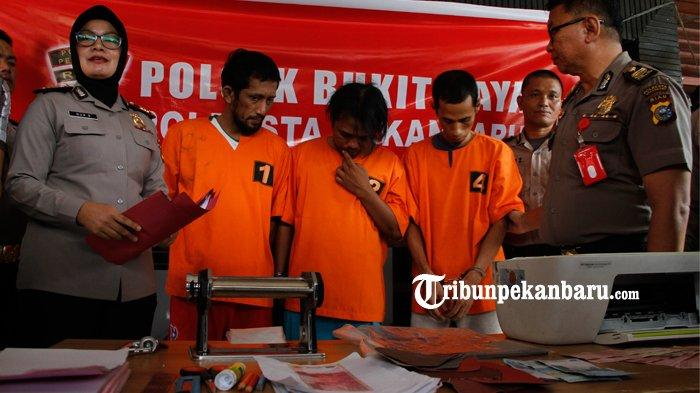 Polisi Gulung 3 Orang Sindikat Pengedar Uang Palsu di Pekanbaru, Dipakai Belanja Ke Warung