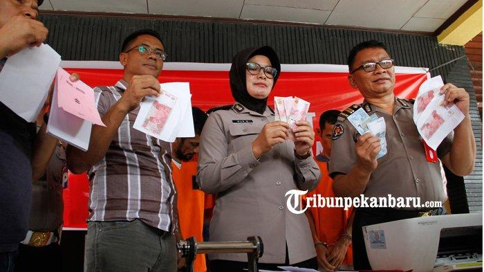 FOTO : Polisi Tangkap Tiga Pelaku Pengedar Uang Palsu - polisi-tangkap-tiga-pelaku-pengedar-uang-palsu-3.jpg