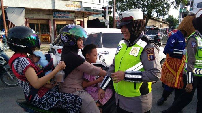Personel Satlantas Polres Dumai Berbagi Takjil pada Pengendara