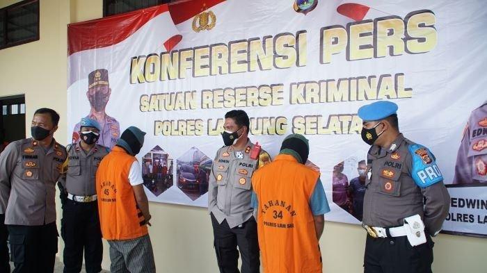 Polres Lampung Selatan menghadirkan dua pelaku pungli yang diduga terjadi di Pelabuhan Bakauheni, Jumat (16/7/2021). Salah satu pelaku adalah oknum personel BPBD Lampung Selatan.