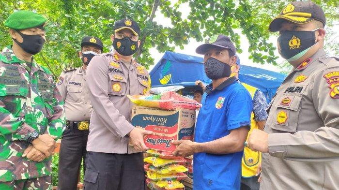 103 KK Ngungsi,Kapolresta Pekanbaru Bawa Ratusan Sembako Bantu Korban Banjir Rumbai, Ini Harapannya