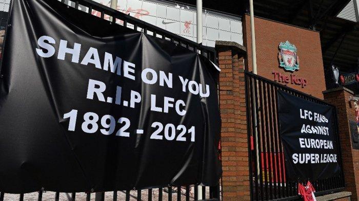 Poster Anti-European Super League tergantung di luar stadion Anfield, markas klub sepak bola Liga Utama Inggris Liverpool, di Liverpool, barat laut Inggris pada 19 April 2021. Penggemar dari enam klub Liga Premier yang memimpin Liga Super Eropa yang memisahkan diri telah mengecam rencana kontroversial tersebut. , mencapnya sebagai