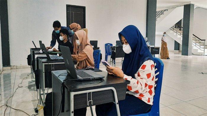 SMAN 1 Tembilahan Sediakan Laptop Saat PPDB Online Hari Pertama, Orangtua Sempat Keluhkan Hal Ini.
