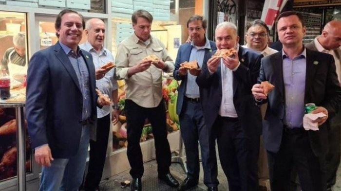 Ogah Divaksin, Presiden Brasil Tidak Dilarang Masuk Restoran Di AS, Makan Pizza Sambil Berdiri