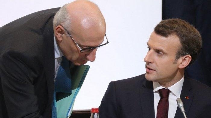 file foto ini diambil pada 6 April 2018 Presiden Prancis Emmanuel Macron (kanan) berbicara dengan penasihat diplomatik presiden Philippe Etienne saat mereka mengambil bagian dalam konferensi Cedre di Kementerian Luar Negeri di Paris. Prancis pada 17 September 2021 memanggil duta besarnya untuk Amerika Serikat, Philippe Etienne, dan Australia, Jean-Pierre Thebault, untuk berkonsultasi dalam perselisihan sengit mengenai pembatalan kontrak kapal selam, sebuah langkah yang belum pernah terjadi sebelumnya yang mengungkapkan tingkat kemarahan Prancis terhadap sekutunya.