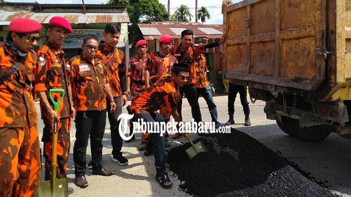 Prihatin Terhadap Kondisi Jalan, PAC Pemuda Pancasila Ujung Batu Tambal Jalan Rusak