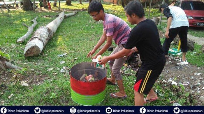 Program Peduli Lingkungan, Mahasiswa Kukerta UNRI Serahkan Tempat Sampah untuk Warga Desa Tanjung