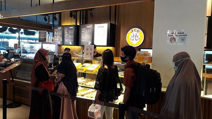 Pembeli antre di JCO Donat Mal SKA Pekanbaru. Ada promo menarik bagi pelanggan setia
