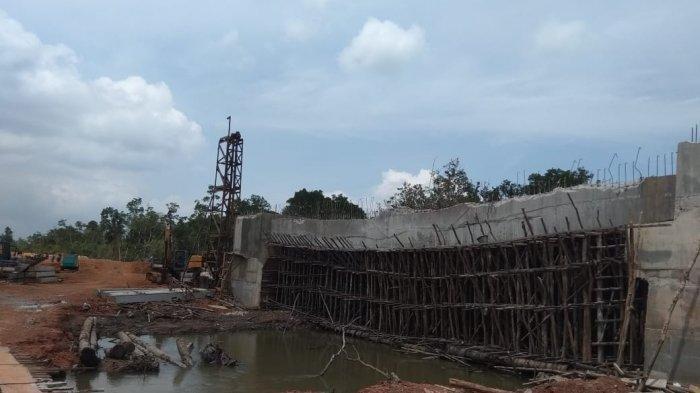 Proyek Berbiaya Rp10 M Belum Selesai Dibangun, Lantai Jembatan Sudah Melengkung