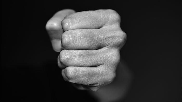 Tersinggung dengar Bisik-bisik di Belakangnya, Pria Ini Naik Pitam dan Memukul Seorang Pemuda