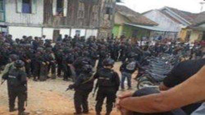 18 Orang Ditahan Subuh Tadi, Brimob Bersenjata Lengkap Gerebek Sebuah Desa Terkait Narkoba