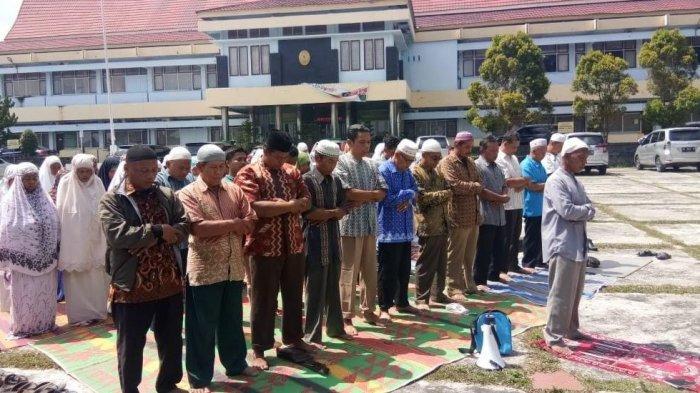 Masyarakat Anggota Kopsa M Salat Berjamaah, dan Doa Bersama di PN Bangkinang, Ada Apa?