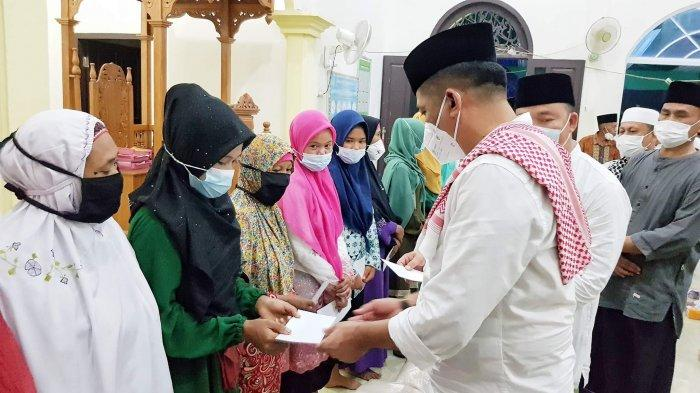 Merayakan hari raya Idul Adha 1442 H, Bupati H.M Adil Hadiri Tablik Akbar Sekaligus penyerahan santunan bagi puluhan mualaf di Desa Sesap, di Masjid Al-Qiroah, Senin (19/7/2021).