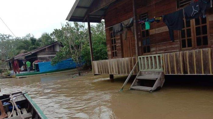 Foto-foto Banjir di Desa Lubuk Kembang Bunga Kecamatan Ukui Kabupaten Pelalawan - puluhan_rumah_terendam_banjir_di_desa_lubuk_kembang_bunga_pelalawan_riau_transportasi_pakai_pompong.jpg