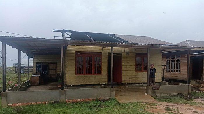 Kondisi bangunan yang rusak di Desa Dompas, Kabupaten Bengkalis Riau yang diterjang angin puting beliung, Sabtu (6/3/2021) malam kemarin.