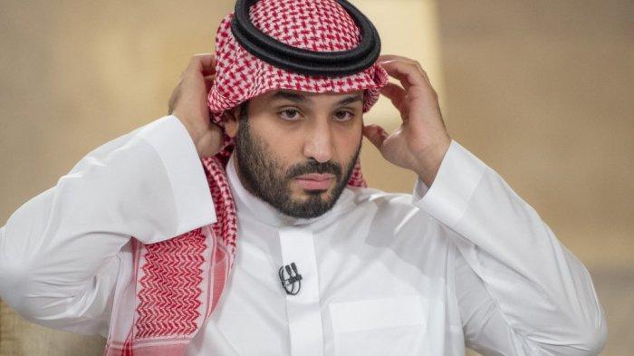 Gambar selebaran yang disediakan oleh Istana Kerajaan Saudi pada 27 April 2021, menunjukkan Putra Mahkota Saudi Mohammed bin Salman selama wawancara dengan Pusat Penyiaran Timur Tengah (MBC)