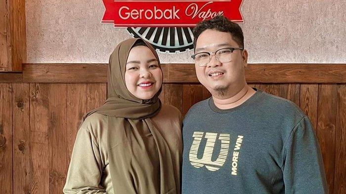 Putri Wahyuni dan suaminya Ihsan Adhlan Hakim.