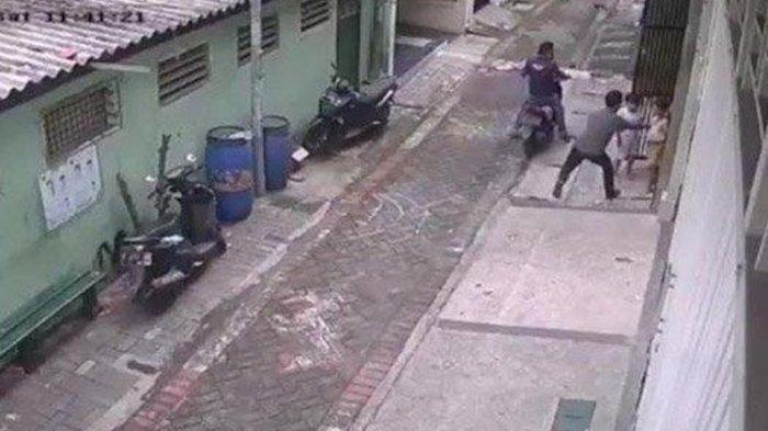 Gagal Embat Motor Incaran, Dua Pria Rampas Ponsel Bocah Kecil di Depan Rumah
