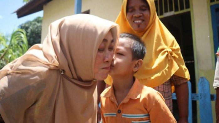 Meski Bersuami Bupati, Rasidah Alfedri Tetap 'Keukuh' Menjadi Guru dan Tampil Sederhana