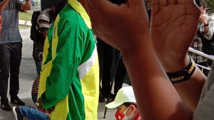 Mata Berkaca-kaca, Tiba di Riau, Leani Ratri Juara Dunia Parabadminton Sujud di Kaki Orangtua