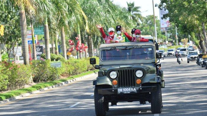 Leani Ratri Oktila, atlet paralimpiade bulutangkis Riau diarak keliling kota Pekanbaru dari usai mendarat di Bandara SSK II Pekanbaru.