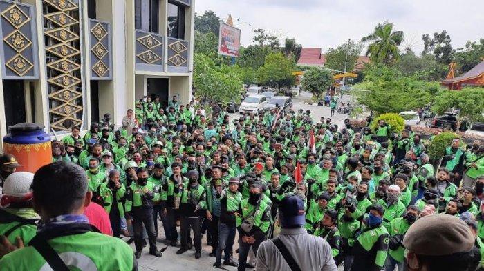 BREAKING NEWS: Ratusan Pengemudi Ojol Gelar Aksi di Kantor DPRD Kota Pekanbaru
