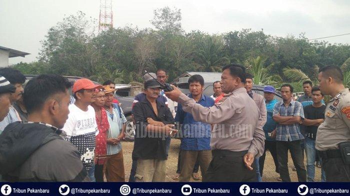 Ratusan Warga GERUDUK Polres Rokan Hulu Riau, Ini Sebabnya