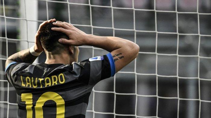Penyerang Inter Milan asal Argentina Lautaro Martinez bereaksi setelah kehilangan peluang gol dalam pertandingan sepak bola Serie A Italia Inter Milan v Genoa pada 28 Februari 2021 di stadion San Siro di Milan.