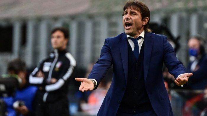 Pelatih Inter Milan asal Italia Antonio Conte bereaksi selama pertandingan sepak bola Serie A Italia Inter Milan vs Sampdoria pada 08 Mei 2021 di stadion San Siro di Milan.