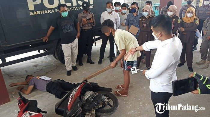 Korban Sudah Jatuh dan Terhimpit Motor, Pelajar Di Kota Padang Ini Terus Memukul Hingga Korban Tewas