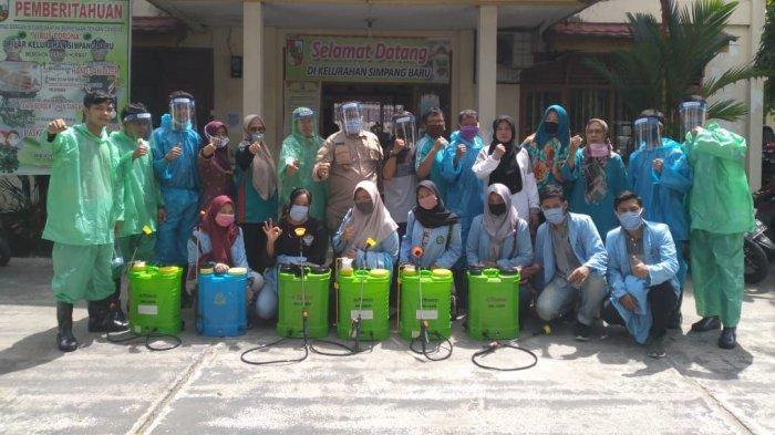 Mahasiswa Relawan Covid-19 dari Universitas Riau Semprot Disinfektan di Kelurahan Simpang Baru