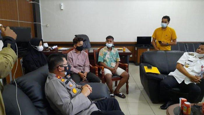 Wabup Kuansing Suhardiman Amby bersama Wakapolres Kuansing Kompol Antoni Lumban Gaol SH MH serta tiga remaja yang menurunkan bendera Merah Putih saat HUT RI ke-76 pada Selasa sore (17/8/2021)