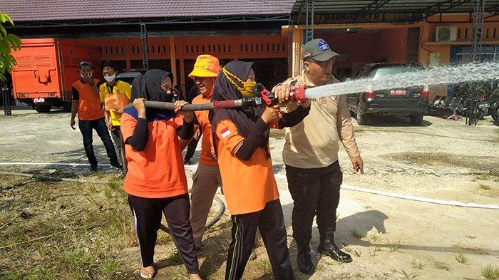Cewek Cantik Main Api Menantang Maut, Seru Aja, Ini Kisah Ayu, Wanita Pemadam Karhutla di Riau