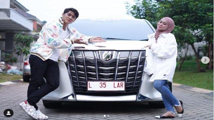 Rizky Billar danLesti Kejora foto bersama dengan mobil Alphard yang diberikan seorang crazy rich Jember.