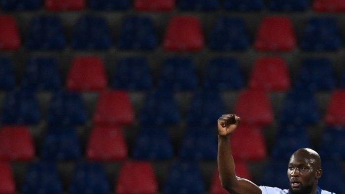 Penyerang Inter Milan Romelu Lukaku melakukan selebrasi setelah membuka skor pada pertandingan sepak bola Serie A Italia Bologna vs Inter Milan pada 3 April 2021 di stadion Renato-Dall'Ara di Bologna.