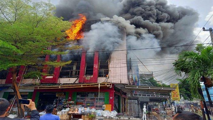 Ruko 3 Lantai Tempat Menjual Patung dan Alat Peraga di Jalan Ahmad Yani Pekanbaru Terbakar