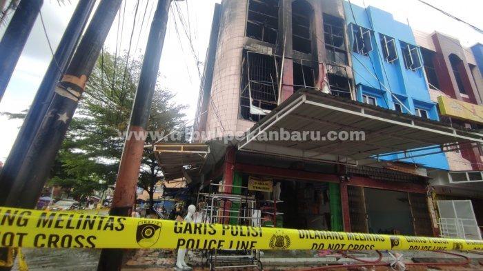 KEBAKARAN- Sebuah ruko yang berada di Jalan Ahmad Yani, Pekanbaru tak jauh dari Pasar Kodim terbakar, Sabtu (13/3/2021). Bangunan ruko terdiri dari 3 lantai yang menjual barang-barang seperti patung untuk pajangan baju dan perabotan untuk rumah tersebut ludes terbakar. Diduga api berasal dari lantai 2 ruko.