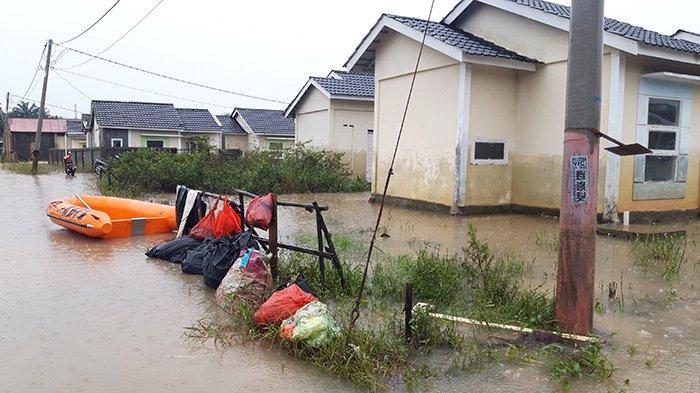 Sejumlah rumah di Perumahan Pesona Harapan Indah, Jalan Cengkeh, Kota Pekanbaru masih tergenang banjir, Senin (26/4/2021). Tribunpekanbaru.com/Fernando Sikumbang