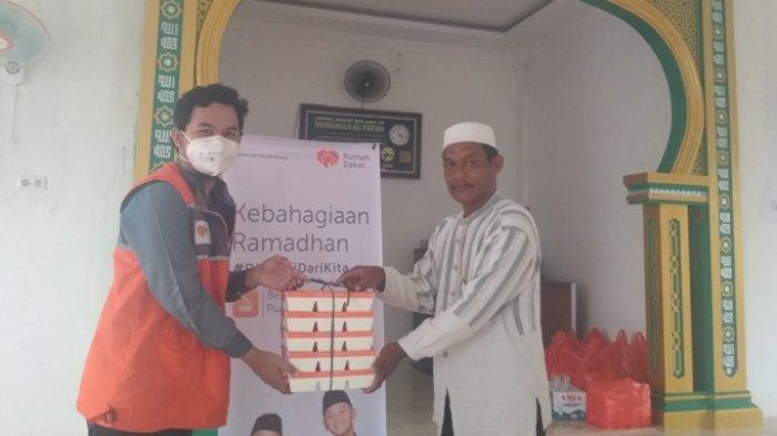 Rumah Zakat Berbagi Nasi Kotak Untuk Berbuka Puasa di Kawasan Tenayan Raya Pinggir Kota Pekanbaru