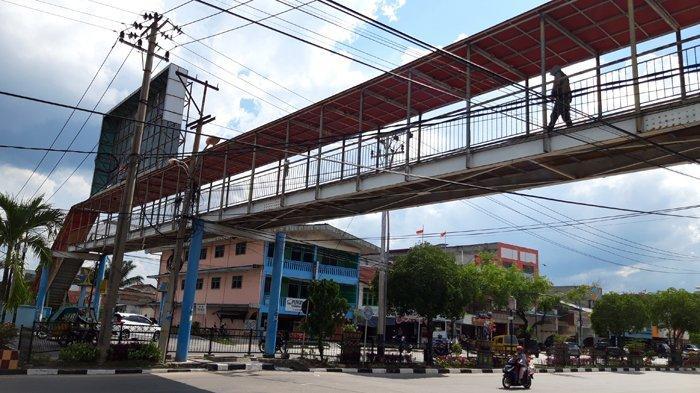 Dokumen dan Izin Belum Ada, Tapi Reklame Sudah Terpasang di Jembatan Penyeberangan Orang