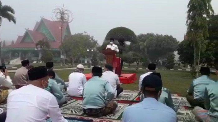 Salat Idul Fitri Bersama Keluarga di Halaman Rumah Dinas, Bupati Pelalawan Jadi Imam dan Khatib