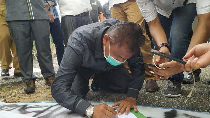 Ketua DPRD Inhu, Ketua DPRD Inhu, Samsudin menandatangani surat yang akan dikirimkan ke Ketua DPR RI terkait tuntutan mahasiswa yang tergabung dalam Aliansi Ikatan Mahasiswa Indragiri Hulu, Selasa (13/10/2020).