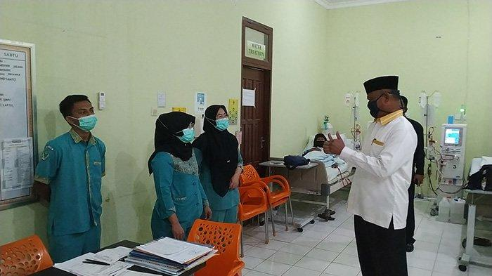 Ketua DPRD Inhu, Samsudin memuji pelayanan paramedis di RSUD Indrasari Rengat saat meninjau rumah sakit itu, Senin (14/9/2020).