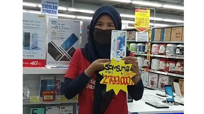 Hypermart Mal SKA Pekanbaru memberikan potongan harga untuk Samsung Galaxy A30s, semula harganya Rp 3.299.000, setelah mendapatkan cashback konsumen hanya cukup bayar Rp 2.799.000.