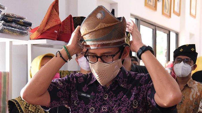 Sandiaga Borong Tanjak dari Pelepah Kelapa, Segini Harganya, Kunjungi Gerai Budaya Ekraf LAM Riau